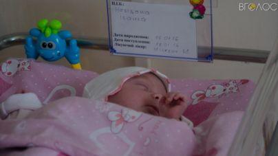 Матір знайденого у смітнику немовляти так і не приходила до лікарні, щоб забрати дитину додому (ФОТО+ВІДЕО)