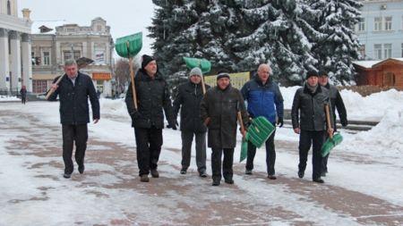 Як головний поліціант області розчищав сніг біля облдержадміністрації (ФОТО)