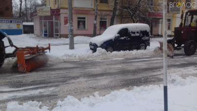 840 тонн піщано-соляної суміші та 210 робітників, – область чистять від снігу (ФОТО)