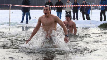 На Водохреща сотні житомирян скупалися у Тетереві (ФОТО)
