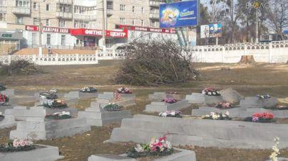 На Смолянському військовому кладовищі у відновили пошкоджені надгробні плити