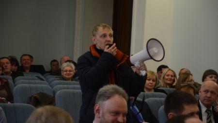 Громадський активіст на сесії міської ради подарував міському голові відро із землею