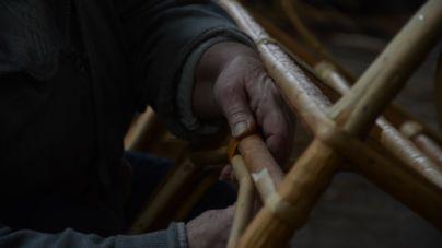 """У житомирському """"Зеленбуді"""" плетуть з лози дитячі ліжечка та крісла-качалки (ФОТОРЕПОРТАЖ)"""