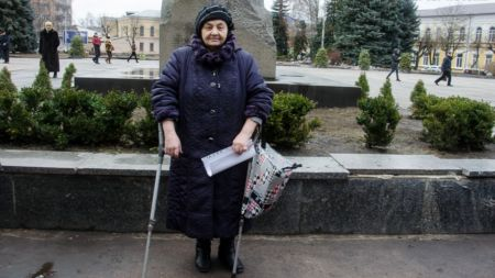 Житомирська поетеса прийшла на мітинг за відставку уряду на милицях (ВІДЕО)
