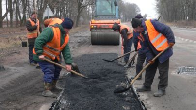 Зима не заважає автодорожникам області латати ями на дорогах (ФОТО)