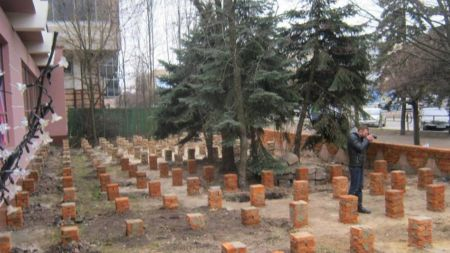 """Інспекція з благоустрою призупинила будівництво біля стриптиз клубу """"Рафінад"""""""