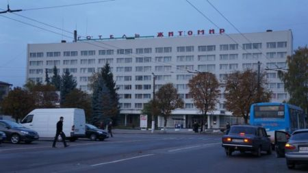 """Переселенців із Донбасу, які проживають у готелі """"Житомир"""", можуть виселити"""