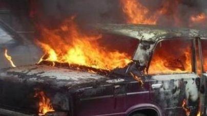 Прямо на дорозі загорівся автомобіль, яким підприємці перевозили взуття
