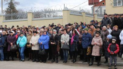 Під стінами житомирської кондитерської фабрики зібралися більше двохсот житомирян