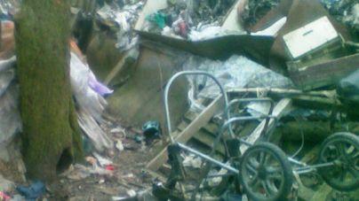 Прикута до ліжка жінка 15 років пролежала у захаращеній сміттям хаті