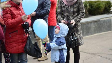 Житомир у блакитному: городяни флешмобом підтримали людей з аутизмом