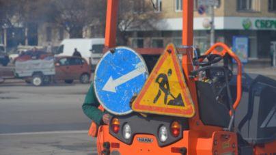 На Майдані Соборному ремонтують дорогу (ФОТО)