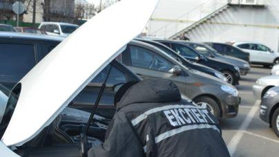 Двоє чоловіків хотіли перереєструвати автомобілі з підробленими свідоцтвами