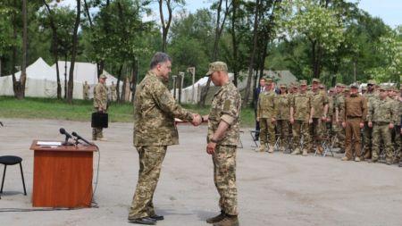 Порошенко нагородив житомирських військових