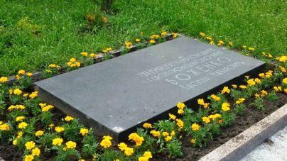 Фото пам'ятних знаків, анотаційних дощок та пам'ятників, які демонтують у Житомирі