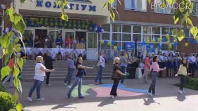 Вчителі виконали запальний танець для випускників (ВІДЕО)