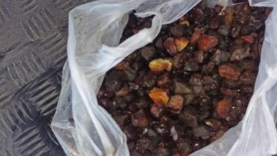 У копачів-нелегалів правоохоронці знайшли близько 2 кг бурштину