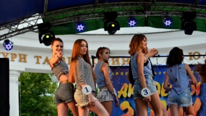 У День Конституції житомирська молодь «рятувала світ» концертними номерами (ФОТО)