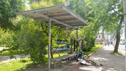 На вулиці Грушевського згоріла тролейбусна зупинка (ФОТО)