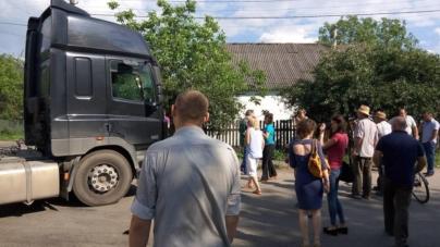 Житомиряни перекрили дорогу львівським вантажівкам зі сміттям (ОНОВЛЮЄТЬСЯ)