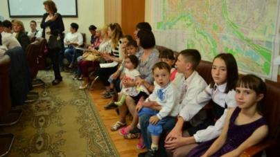 Багатодітна сім'я із 13 осіб отримала чотирикімнатну квартиру в Житомирі