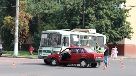 У центрі міста зіштовхнулися легковик та маршрутка (ФОТО)