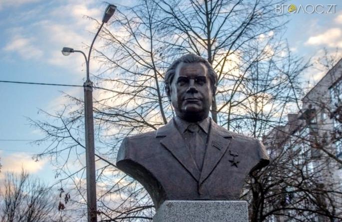 У житомирській мерії відмовилися демонтувати пам'ятник та дошку Василю Кавуну