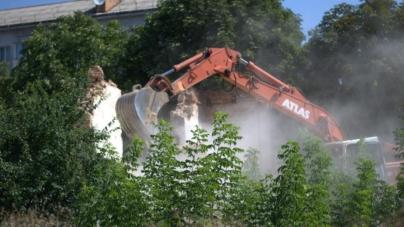 На вулиці Князів Острозьких розпочали демонтаж старої будівлі (ФОТО)