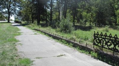 У відомому парку вандали викрали металеву огорожу