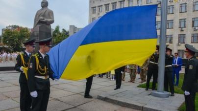 На майдані імені Корольова урочисто підняли Державний Прапор України (ФОТО)