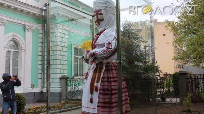 """У Житомирській міській раді обіцяють """"перевдягнути"""" ляльку-мотанку якнайдешевше"""