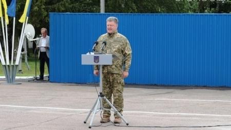 У Житомирі Порошенко зізнався, що мріяв бути десантником