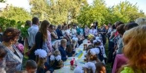 У житомирській школі №28 уроки для першачків розпочалися на вулиці (ФОТО)
