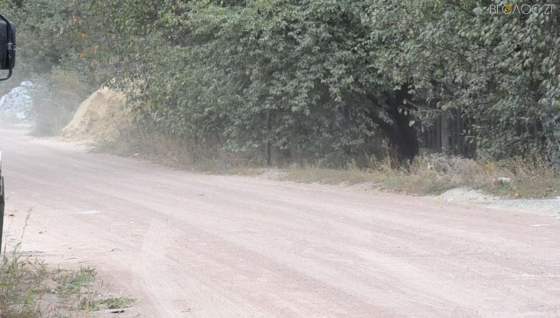 Дорога по вулиці Олександра Олеся: замість асфальту – рожевий пил (ВІДЕО)