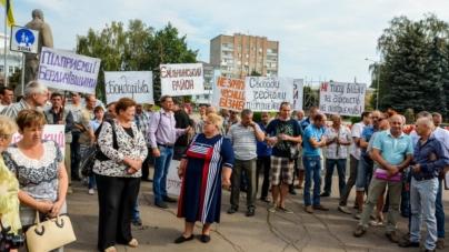Власники підприємств із виготовлення деревного вугілля протестують під стінами облдержадміністрації (ФОТО)