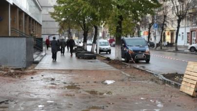 Через розриті тротуари на Київській житомиряни місять ногами багнюку