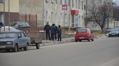 Біля кондитерської фабрики знову чергує поліція