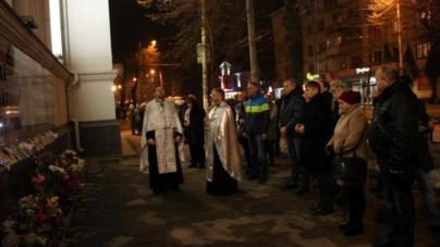 Біля стін Свято-Михайлівського собору священники прочитали заупокійну молитву за загиблими на майдані