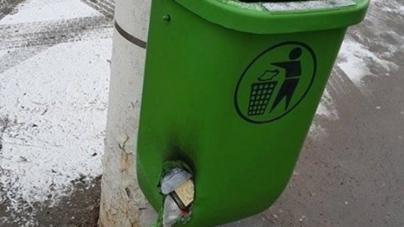 У Зеленбуді не знають, хто виробник урн для сміття, які масового горять від недопалків