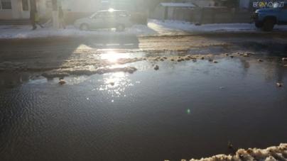Біля дитячої поліклініки вулицю Ріхтера заливає водою (ФОТО)