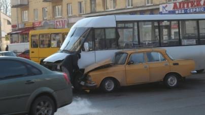 На перехресті Київської-Хлібної маршрутка зіштовхнулася з легковиком (ФОТО)