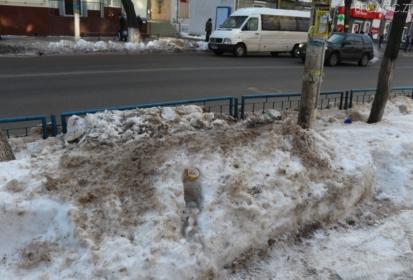 Брудні снігові «гори» вздовж центральних вулиць ніхто не прибирає (ФОТО)