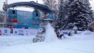 """Майдан Корольова замело снігом перед самими урочистостями. Комунальники влаштували """"швидкісне"""" прибирання"""