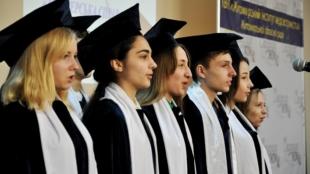 100 акушерів у Житомирі отримали дипломи та можуть йти на роботу