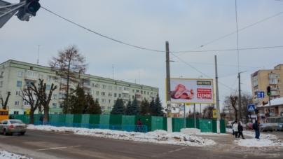За зеленим парканом: як виглядає зараз майбутній сквер імені Ольжича (ФОТО)