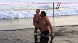 Водохреща: як житомиряни купалися у крижаній воді (ФОТОРЕПОРТАЖ)