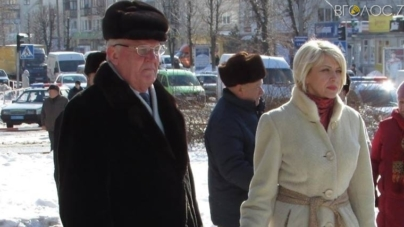Мер Новограда видав розпорядження забезпечувати квітами заходи за його участі