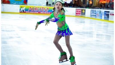 """У Житомирі фігуристи показали льодову казку """"Дюймовочка"""" (ФОТО)"""