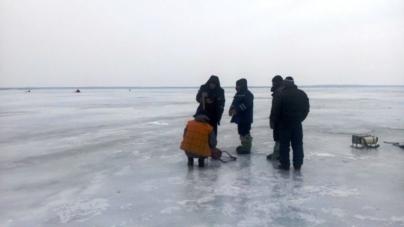Бійці ДСНС у Черняхові врятували рибалку з крижаної ополонки
