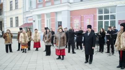 Флешмоб у Житомирі: читали поезію Шевченка на Михайлівській, у міській раді та супермаркетах (ФОТО)